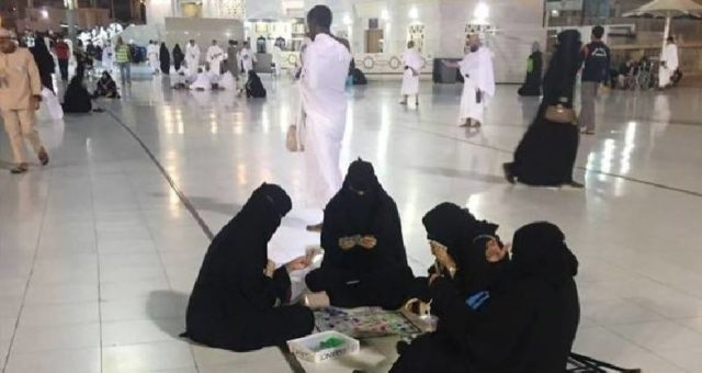 مسجد الحرام میں تاش کھیلتی خواتین، ہر طرف ہنگامہ برپا
