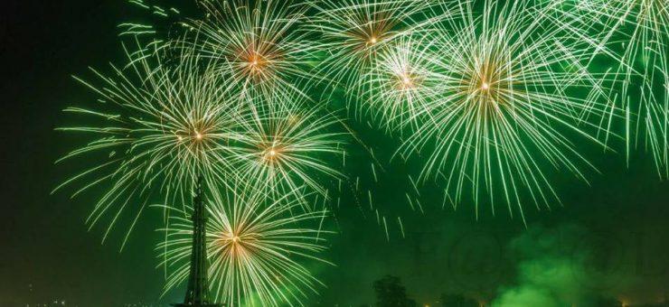 یوم پاکستان کے موقع پر مینار پاکستان رنگارنگ آتش بازی سے جگمگا اٹھا، ویڈیو دیکھیں