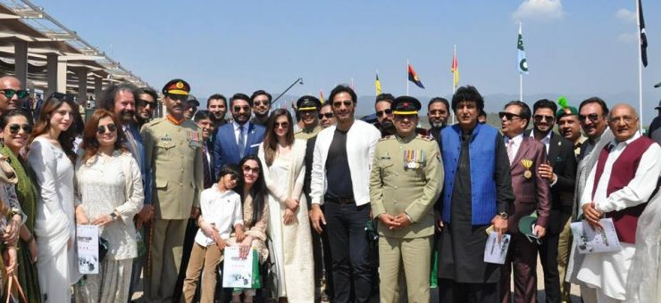 شوبز سے تعلق رکھنے والی شخصیات کی یوم پاکستان پریڈ میں شرکت، آرمی چیف کے ساتھ سیلفیاں