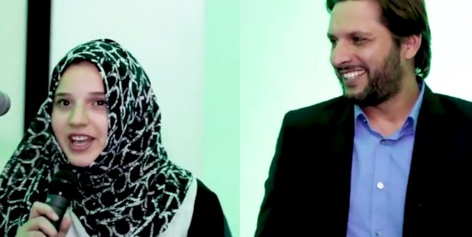 شاہد آفریدی نے اپنی بیٹی کو تقریر کیلئے بلایا اور کہا آجائو جو رٹا لگایا ہے بولو ، ہال میں قہقہے