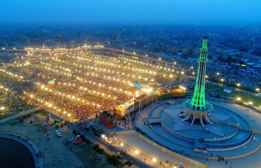 مینار پاکستان پر پی ٹی آئی کا جلسہ، کارکنوں کا سمندر امڈ آیا