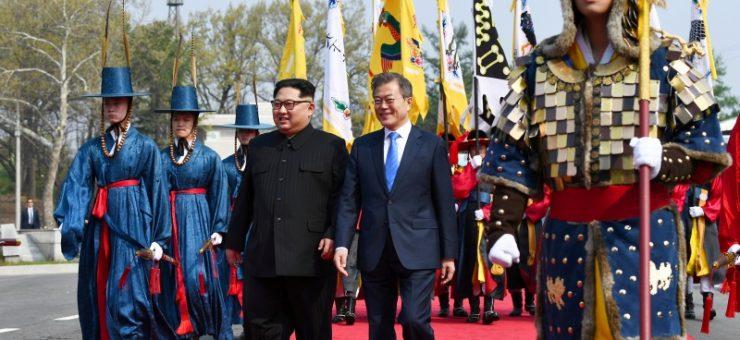 برف پگھل گئی، شمالی و جنوبی کوریا سربراہان نے 65 سال بعد ہاتھ ملا لئے