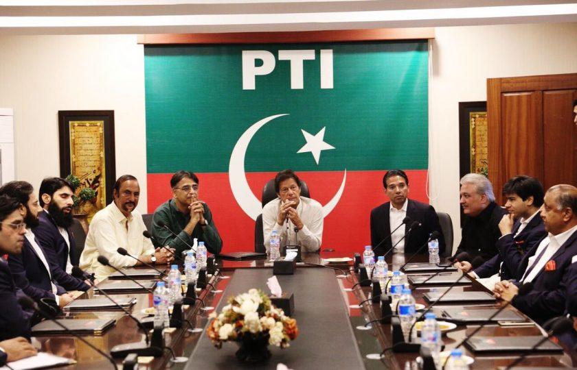 مصباح الحق چئیرمین پی ٹی آئی عمران خان سے ملنے پہنچ گئے