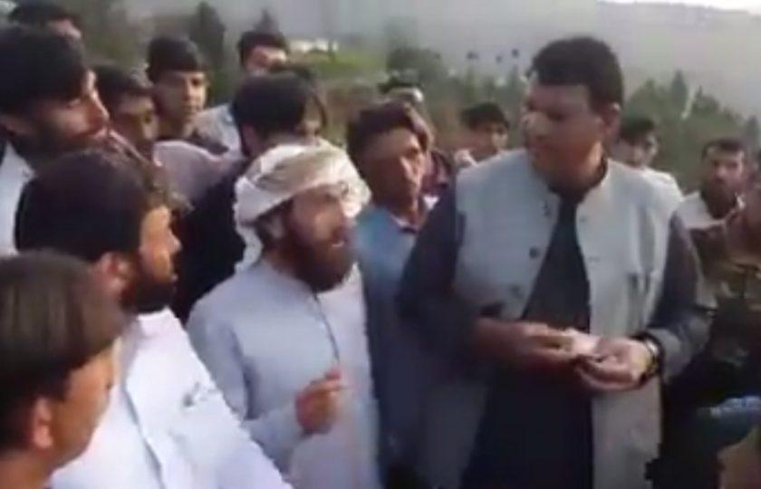 سوات میں مسلم لیگ ن کے جلسے میں کرائے کے لوگ، امیر مقام پیسے بانٹتے پکڑے گئے