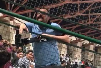 ''شاباش غریبو، شاباش غریبو'' کراچی میں میچ کے دوران 5000 ٹکٹ والے کے 500 والوں کو طعنے