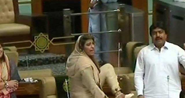 سندھ اسمبلی، نصرت سحر کی جوتا دکھائی پر ہنگامہ آرائی