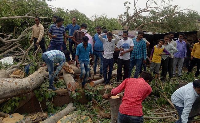 بھارت : موسلا دھار بارش اور مٹی کے طوفان سے 92 افراد ہلاک