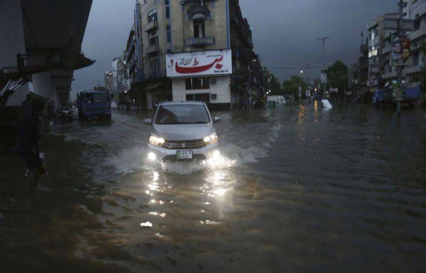 لاہورمیں بارش سے نظام زندگی درہم برہم، 5 افراد جاں بحق