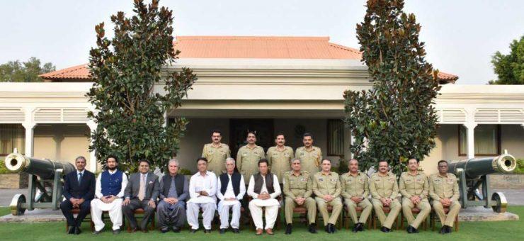 وزیراعظم عمران خان کا جی ایچ کیو میں پرتپاک استقبال، آرمی چیف کا سیلوٹ