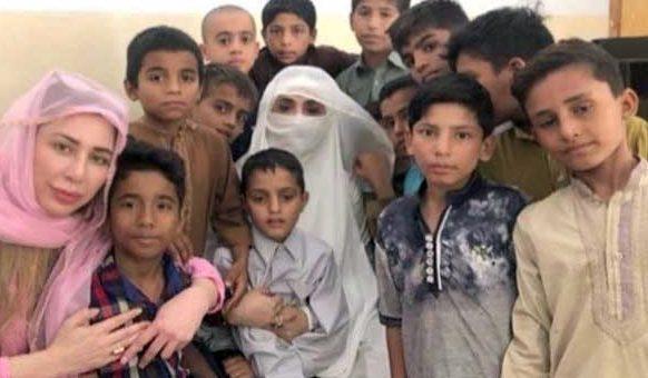 خاتون اول بشریٰ بی بی کا لاہور میں یتیم خانے اور داتا دربار کا دورہ