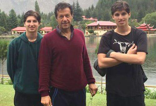عمران خان کے دونوں بیٹے وزیراعظم بننے کے بعد پہلی بار والد سے ملنے پاکستان پہنچ گئے