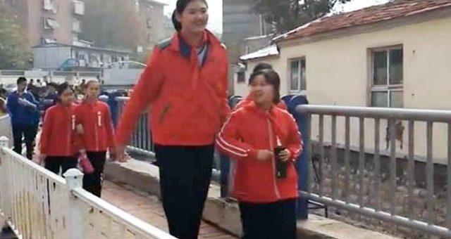 عمر 11 سال، قد 6 فٹ 7 انچ، چینی لڑکی طویل قامت بچی بن گئی