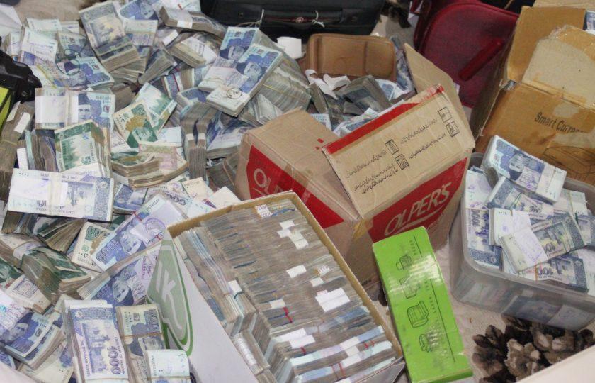 سرکاری افسر کے گھر پر نیب کا چھاپہ، 33 کروڑ روپے برآمد