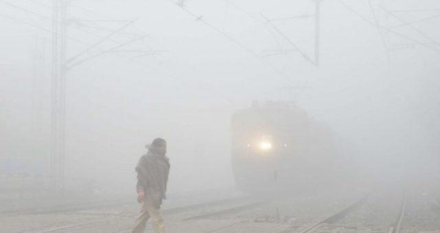 سفید دھوئیں نے ہر منظر دھندلا دیا، موٹروے بند، ٹرینوں کا شیڈول درہم برہم