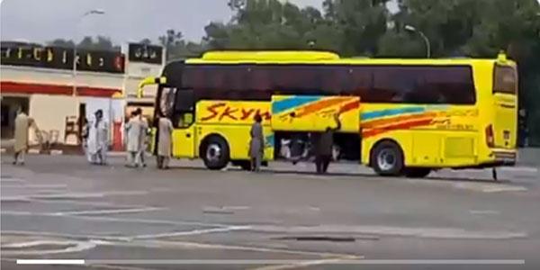 نجی بس کمپنی نے سامان رکھنے والی جگہ پر مسافر ٹھونس دئیے، ویڈیو وائرل