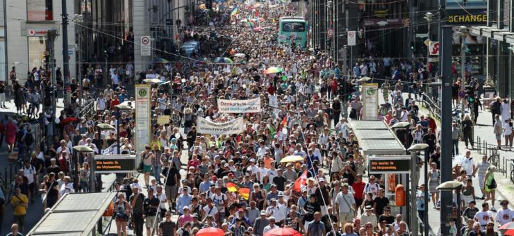 برلن: کورونا پابندیوں کے خلاف ہزاروں افراد سڑکوں پر نکل آئے